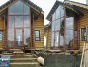 Алюминиевый витраж в фасаде деревянного дома фото 1